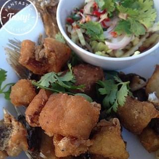 ปลากะพงทอดน้ำปลา - 位于บางขุนพรหม的Kin Lom Chom Sa Phan (บางขุนพรหม) | 曼谷