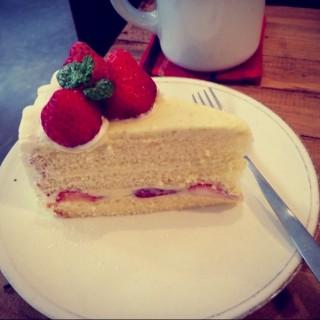 草莓卡士達蛋糕 -  dari Afterhours Cafe (松山區) di 松山區 |Taipei