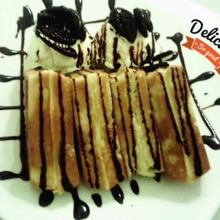 Waffle with vanilla ice cream n oreo -  Yogyakarta Tengah / Momo Dessert Bar (Yogyakarta Tengah) Yogyakarta