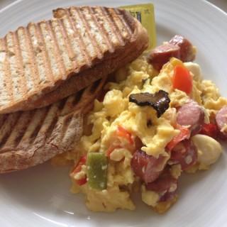 Scrambled Eggs & Toast -  dari Kith (Sentosa) di Sentosa |Singapura