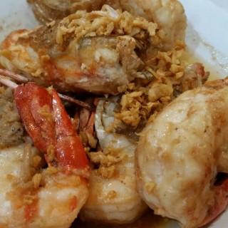 Shrimp with garlic pepper..กุ้งทอดกระเทียมพริกไทย -  dari ครัวอัปษร (บวรนิเวศ) di   Bangkok