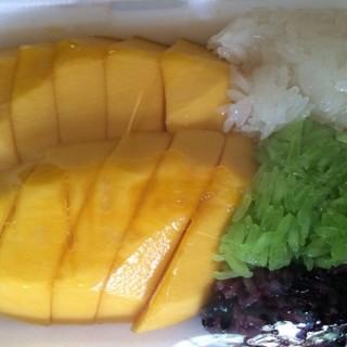 ข้าวเหนียวมะม่วง -  dari Mae Varee (คลองตันเหนือ) di คลองตันเหนือ |Bangkok