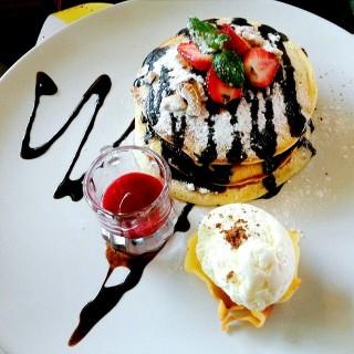 Pancake Dessert - 位于Ir. Haji Juanda (Dago Bawah)的Beehive (Ir. Haji Juanda (Dago Bawah)) | 万隆