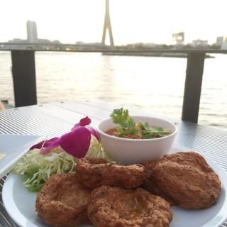ทอดมันปลากราย - 位於的In Love Bar & Restaurant (วัดสามพระยา)   曼谷