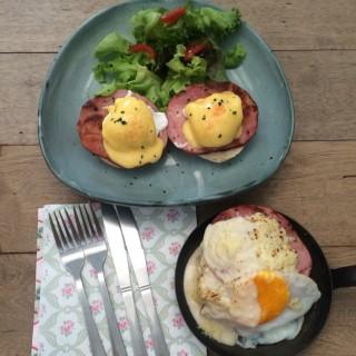 Eggs Benedict & Pancake breakfast - 位于คลองเตยเหนือ的Gram (แกรม) (คลองเตยเหนือ) | 曼谷