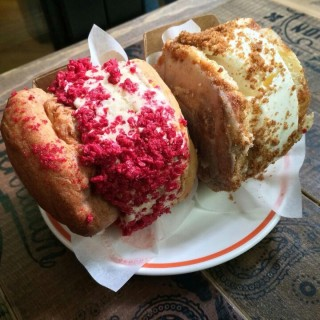 Cream puff with crushed mixed berries and New York cheesecake -  dari Elephant Grounds (上環) di 上環 |Hong Kong