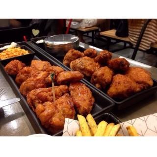 ไก่ทอดบอนชอน -  dari BonChon Chicken (บอนชอน ชิคเก้น) (ท่าแร้ง) di  |Bangkok