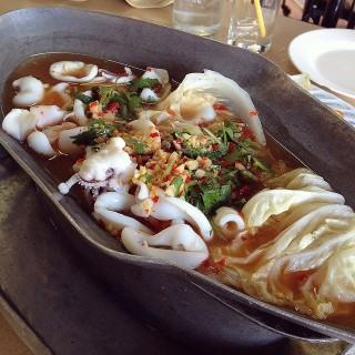 ปลาหมึกนึ่งมะนาว -  dari ชวนอร่อย (ศิริราช) di ศิริราช |Bangkok