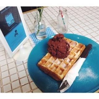 Dark chocolate ice cream with waffle - 位於的Lin Artisan Ice Cream (Kemang) | 雅加達
