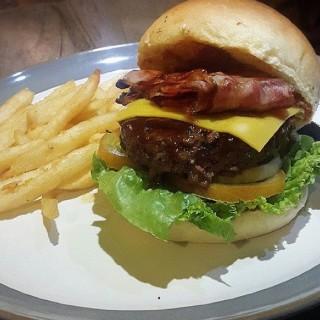 Beef and bacon burger with rendang sauce -  dari Carnivor Barbeque Specialist (Pantai Indah Kapuk) di Pantai Indah Kapuk |Jakarta