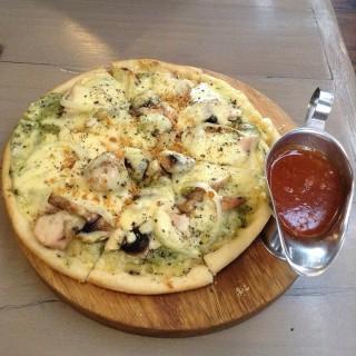 Pollo Pesto Pizza -  dari Herb & Spice (Pasirkaliki) di Pasirkaliki |Bandung