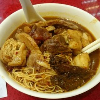 秘製豬腩肉,豆卜,雞翼尖,牛筋腩,幼麵,超大辣秘製辣汁 - 位於銅鑼灣的新記美食 (銅鑼灣) | 香港