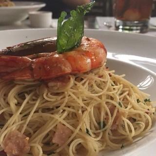 Spaghetti Aglio Olio with Prawn - ในKuningan จากร้านBluegrass Bar & Grill (Kuningan)|Jakarta