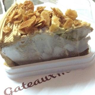 เค้กอัลมอนด์กาแฟ -  dari Gateaux House (กาโตว์ เฮ้าส์) (วังบูรพาภิรมย์) di วังบูรพาภิรมย์ |Bangkok