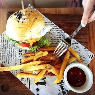Charcoal-grilled 'Big Bear' Beef Burger - ในArab Street จากร้านI Am (Arab Street)|สิงคโปร์