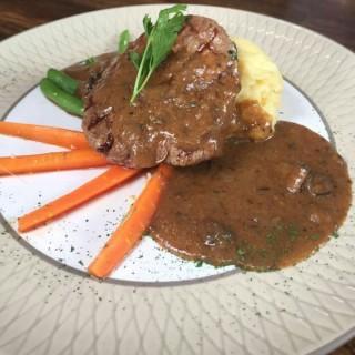Tenderloin Steak mashed potato -  dari Saka Bistro & Bar (Setiabudi) di Setiabudi |Bandung