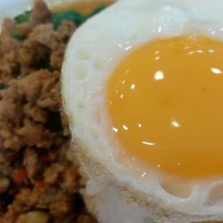 ข้าวกระเพราไข่ดาว -  dari Took Lae Dee (อนุสาวรีย์) di อนุสาวรีย์  Bangkok