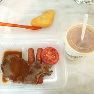 早餐(大牛扒、腸仔、薯餅、凍奶茶) - 位於的大家樂 (香港仔)   香港