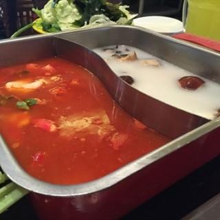 番茄清汤锅底 - 位于左家庄的新辣道鱼火锅 (左家庄) | 北京
