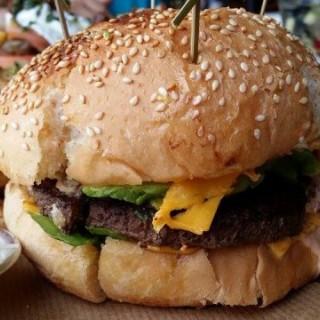 雙層芝士牛肉漢堡加牛油果、炒白菌 - 位於旺角的Brooklyn (旺角) | 香港