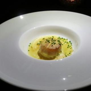 Seared Hokkaido Scallop w/Finland Chanterelle Ravioli,Pancetta Béarnaise Sauce - 位於尖沙咀的Amina Modern European (尖沙咀)   香港