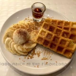 蜂蜜玉桂香蕉配窩夫配雲呢拿雪糕 - ใน大角咀 จากร้านLa Petit Prince Dessert (大角咀)|ฮ่องกง