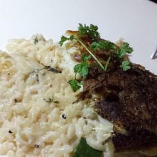 香煎海鱸魚柳配蟹肉意大利青瓜香草意大利飯 - ใน จากร้านLa Casa Bistro (中環)|ฮ่องกง