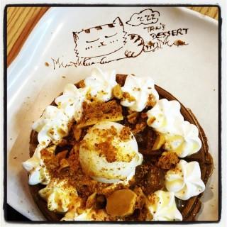 焦糖脆脆花生醬甜奶鮮忌廉窩夫(配雪糕) - ใน屯門 จากร้านTan's Dessert Cafe (屯門)|ฮ่องกง