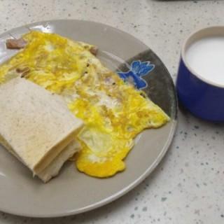 火腿奄列早餐,配熱鮮奶 - 位於上環的多寶樂茶餐廳 (上環) | 香港
