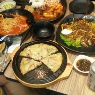 海鮮蔥餅/ $95 蒜辣海鮮湯麵/ $98 炸豬排炒年糕/ $160 韓式涼伴蒿麥麵/ $120 - 位於尖沙咀的Han Spoon (尖沙咀) | 香港