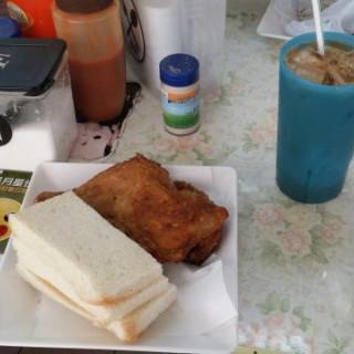 脆皮雞髀加火腿三文治 - ใน牛頭角 จากร้านYat Yuet Sing Fast Food Shop (牛頭角)|ฮ่องกง