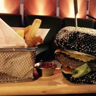美國安格斯牛肉芝士漢堡 - 位於銅鑼灣的M1 Bar & Restaurant (銅鑼灣) | 香港