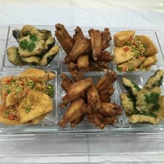 晚餐私房菜 - 餐前六小碟:  一字骨雞翼 / 椒鹽豆腐 / 紫菜墨魚餅 - 位於火炭的得廚 (火炭) | 香港