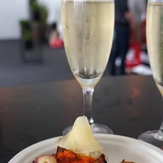烤八瓜魚皮蛋秘魯辣椒蟹籽(Grilled octopus,century egg,ajî Amarillo & tobiko) - 位於灣仔的Serge et Le Phoque (灣仔) | 香港