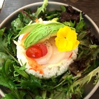 牛油果蟹棒帶子刺身溫泉蛋飯 - 位於尖沙咀的鳥語 (尖沙咀) | 香港