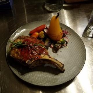 豬鞍配秘製焗啤梨 - ใน元朗 จากร้านJaseLab Cookery (元朗)|ฮ่องกง