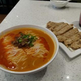 排骨擔擔麵 - 位於灣仔的上海弄堂菜肉餛飩 (灣仔)   香港
