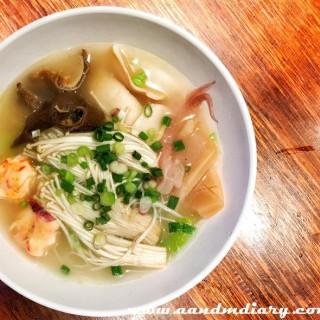 豬肚+水魷魚+素鮑片+龍蝦丸+金菇+米粉 - 位於中環的蘭桂坊車仔麵 (中環) | 香港