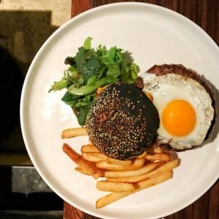 美國安格斯牛肉芝士煙肉煎蛋漢堡 - 位於尖沙咀的The Right Place (尖沙咀) | 香港