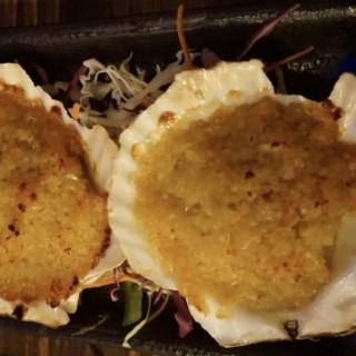 蒜蓉燒扇貝 - 位於尖沙咀的串酒里 (尖沙咀) | 香港