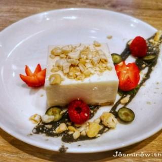 豆腐芝士餅配芝麻醬及秘制糖酥腰果 - 位於紅磡的Moreish & Malt (紅磡) | 香港
