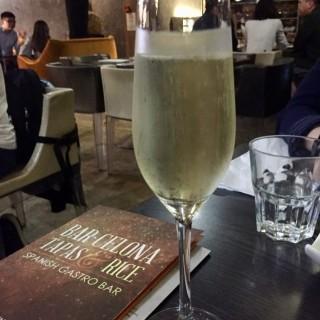 Sparkling wine -  dari Bar.Celona Tapas & Rice (黑沙環) di 黑沙環 |Macau
